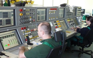 Picture 4. Unit operators in front of Yokogawa CS3000 HMI in CCR unit