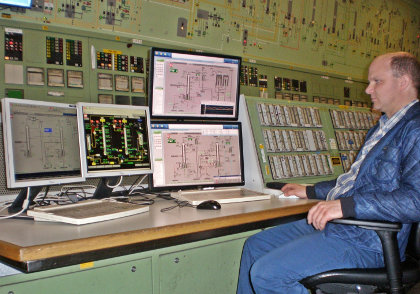Fig. 2 Plant operator Maik König monitors the THF rectification process in the control room